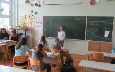 Naši deklamatorki ponosno predstavili šolo na Župančičevi frulici